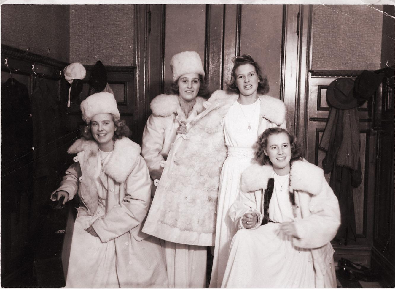Mölndals första luciatrupp år 1944.